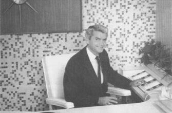 Sam Phillips At Desk 4467549 335x220